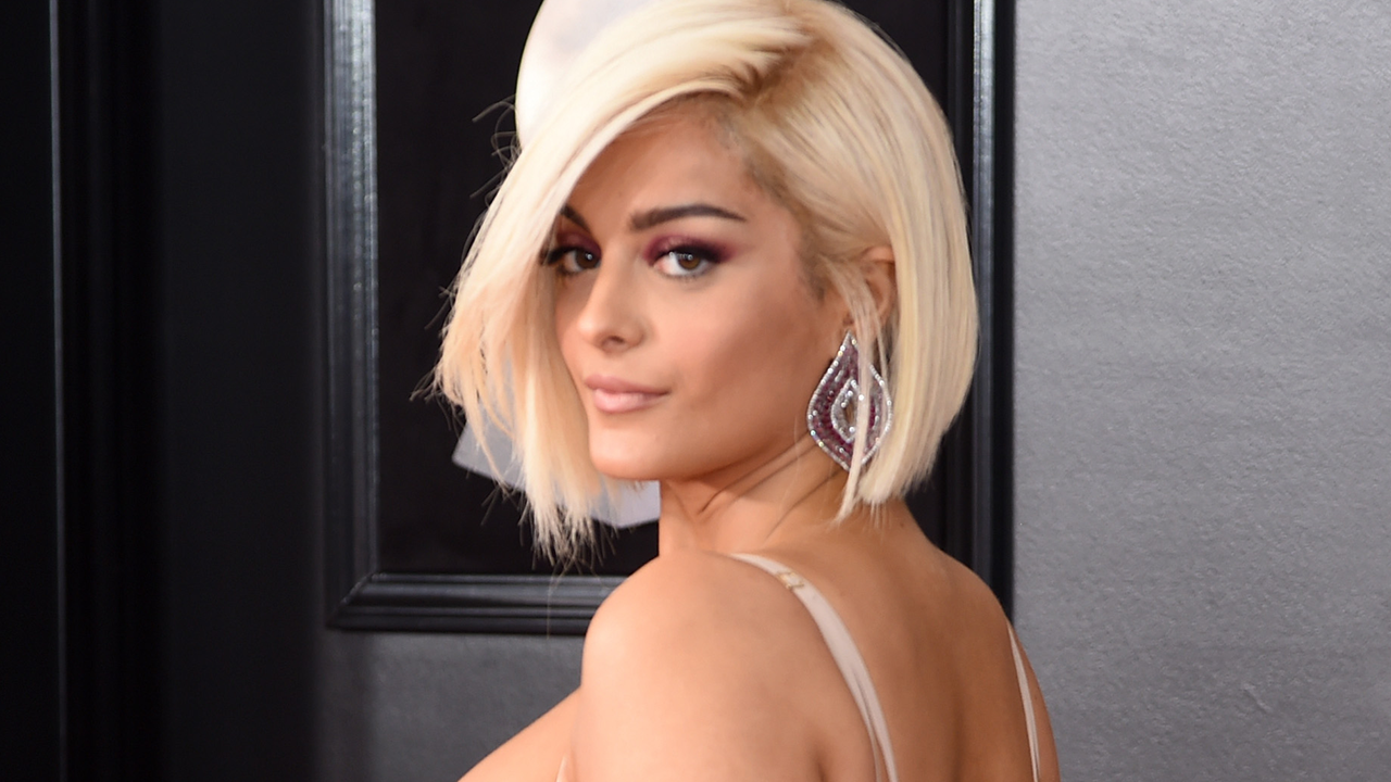 bebe rexha suffers wardrobe malfunction at 2018 grammys handles it