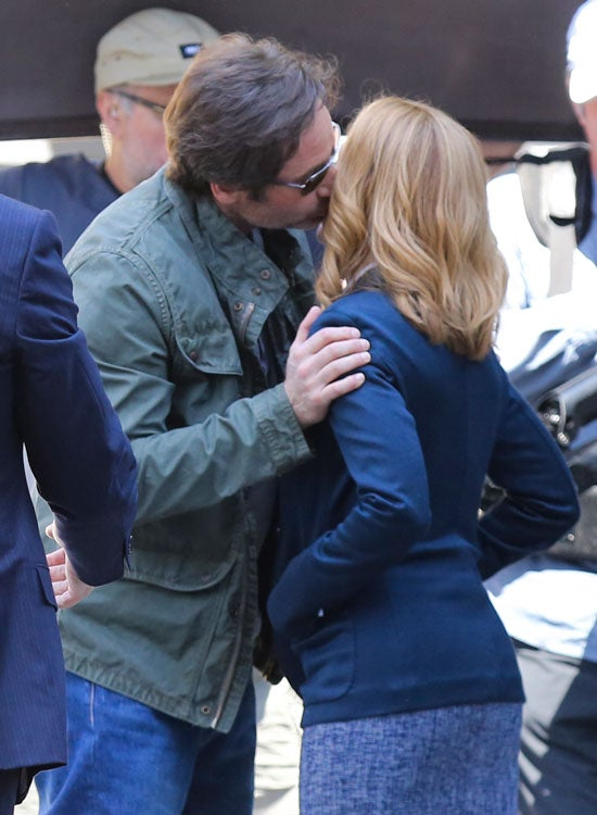 Gillian anderson and david duchovny kiss