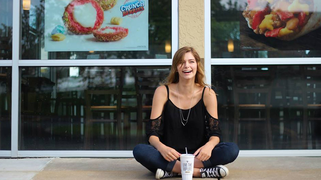 this girl took her senior pictures at taco bell and changed the