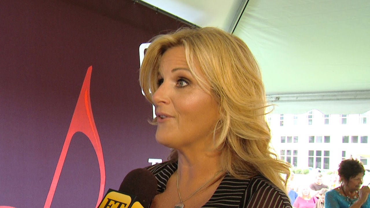 Trisha yearwood gushes over reba mcentire while receiving for Is garth brooks and trisha yearwood still married