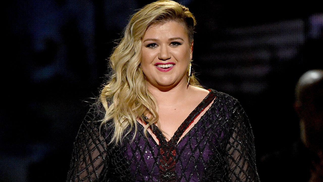 Kelly clarkson slays a capella cover of sias chandelier kelly clarkson slays a capella cover of sias chandelier hilariously wears wig during performance watch entertainment tonight arubaitofo Image collections