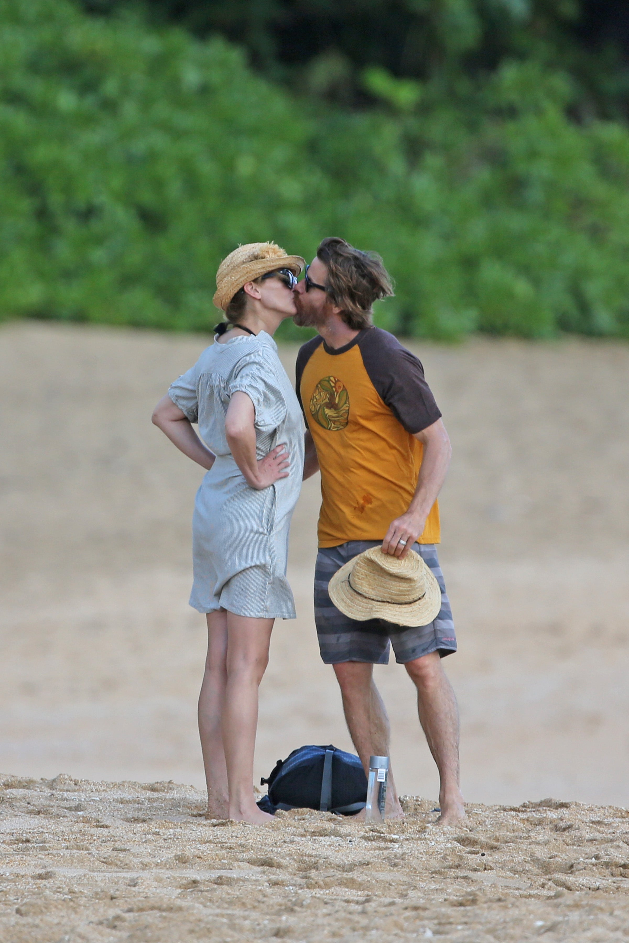 Julia Roberts and Danny Moder Share a Sweet Kiss on the Beach in ...