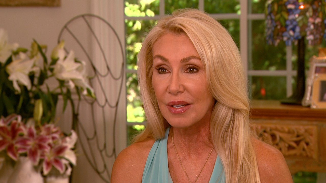 The 70-year old daughter of father (?) and mother(?) Linda Thompson in 2021 photo. Linda Thompson earned a  million dollar salary - leaving the net worth at  million in 2021