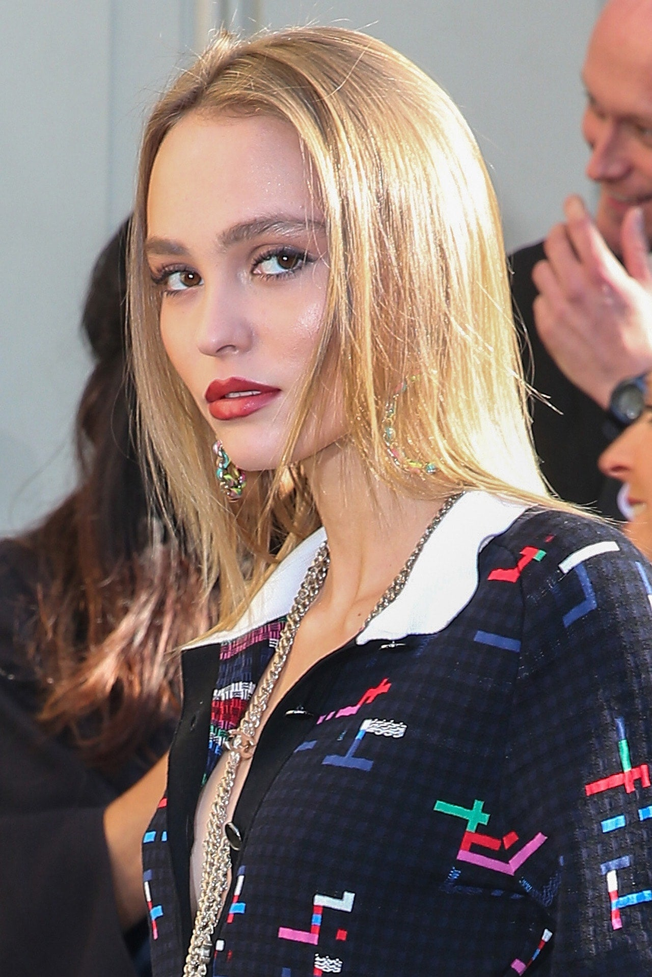 lily rose depp perfects the ultimate pout for chanel 39 s paris fashion week show entertainment. Black Bedroom Furniture Sets. Home Design Ideas