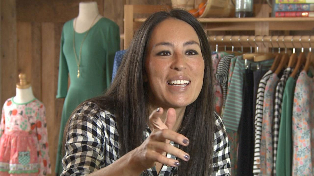 exclusive 39 fixer upper 39 star joanna gaines reveals chip 39 s man crush entertainment tonight. Black Bedroom Furniture Sets. Home Design Ideas