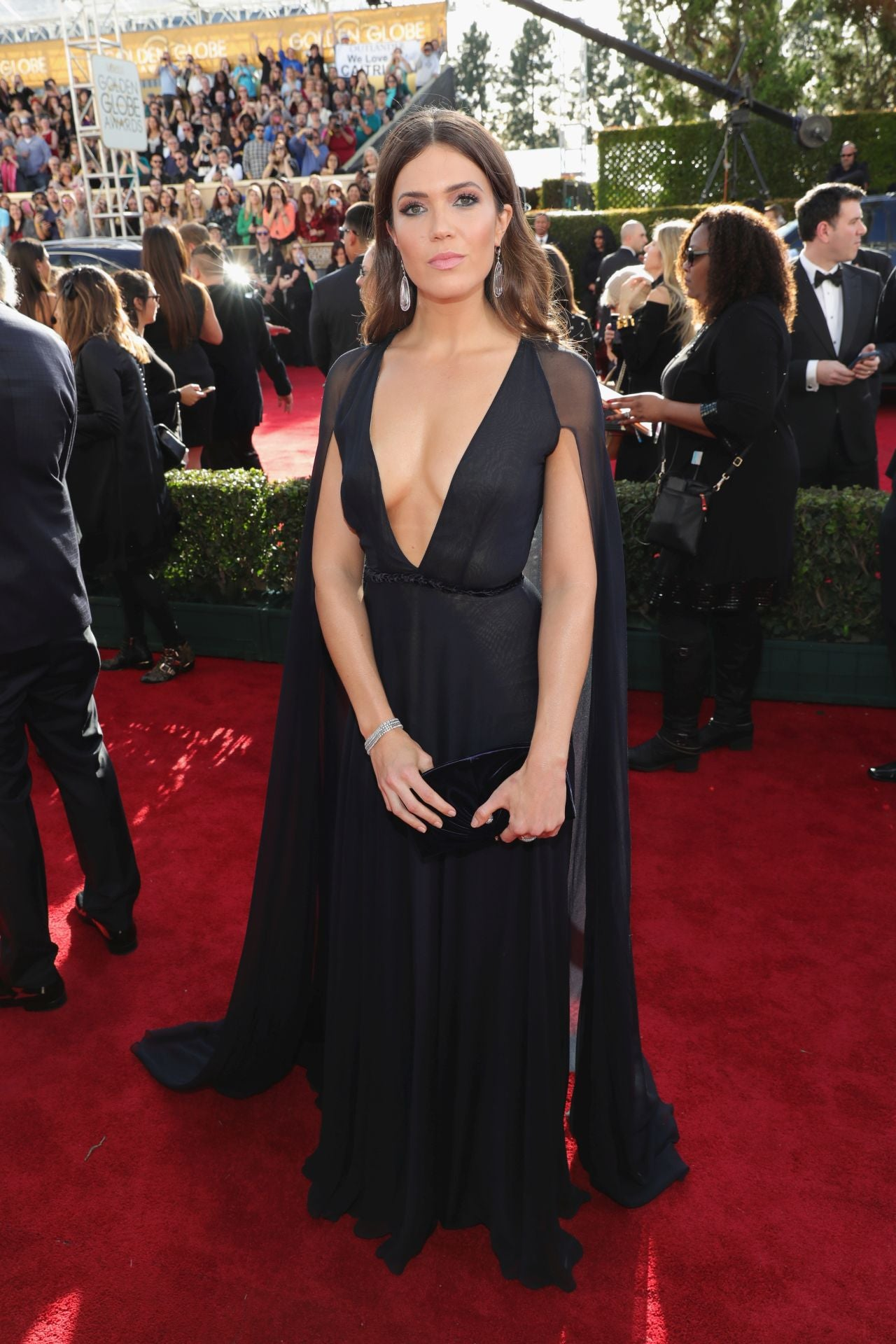 Mandy Moore Turns Heads at the 2017 Golden Globes in Cleavage ...