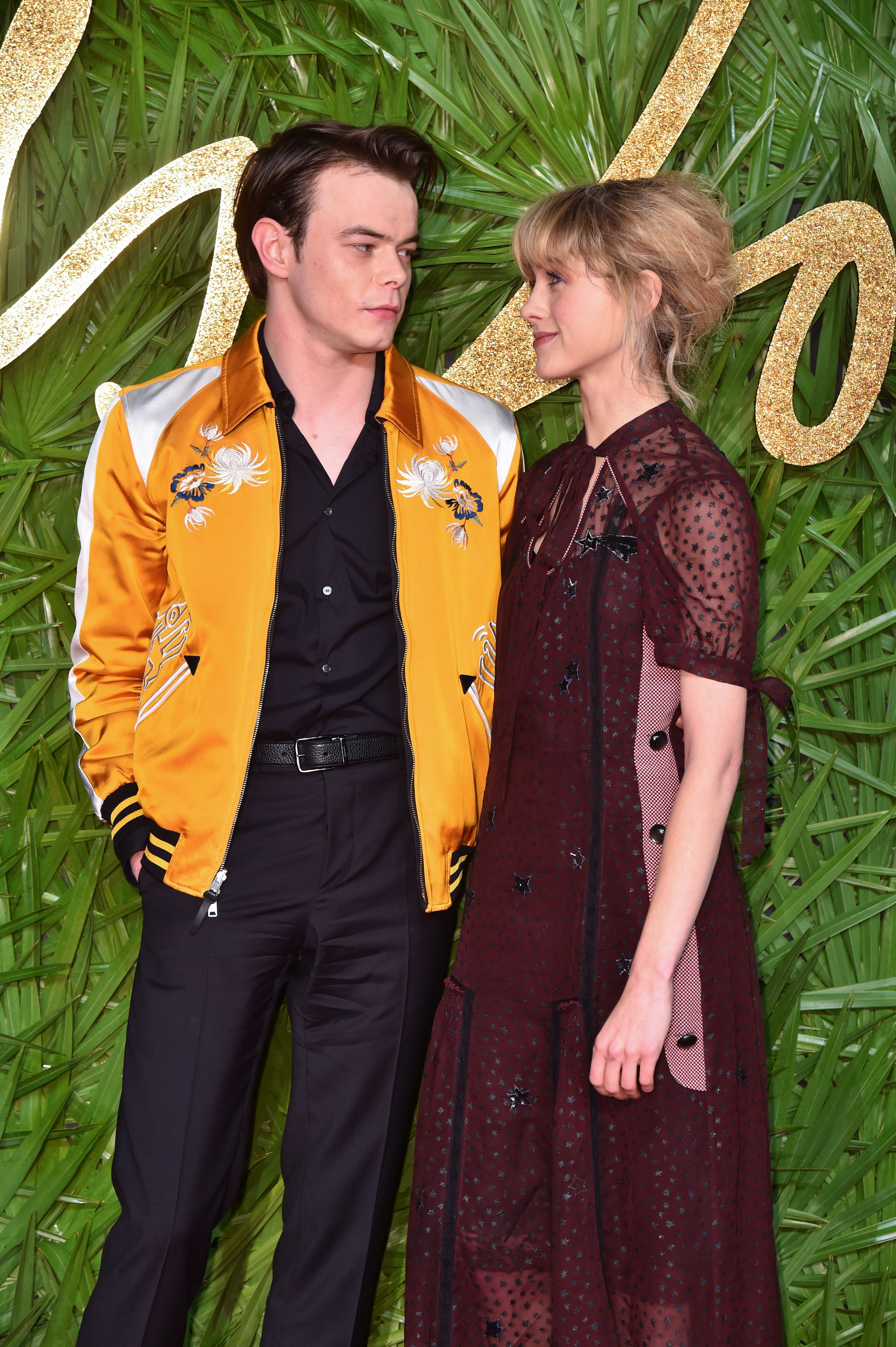 u2018stranger things u0026 39  stars charlie heaton and natalia dyer glam up for red carpet debut as a couple