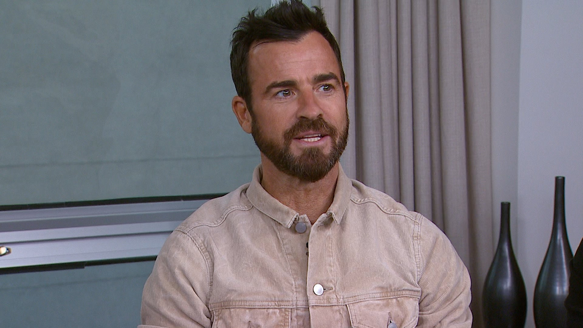 Watch Justin Theroux's Dog Crash ET's 'The Spy Who Dumped Me' Interview  (Exclusive)