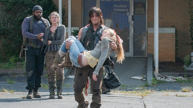 who does daryl hook up with in the walking dead