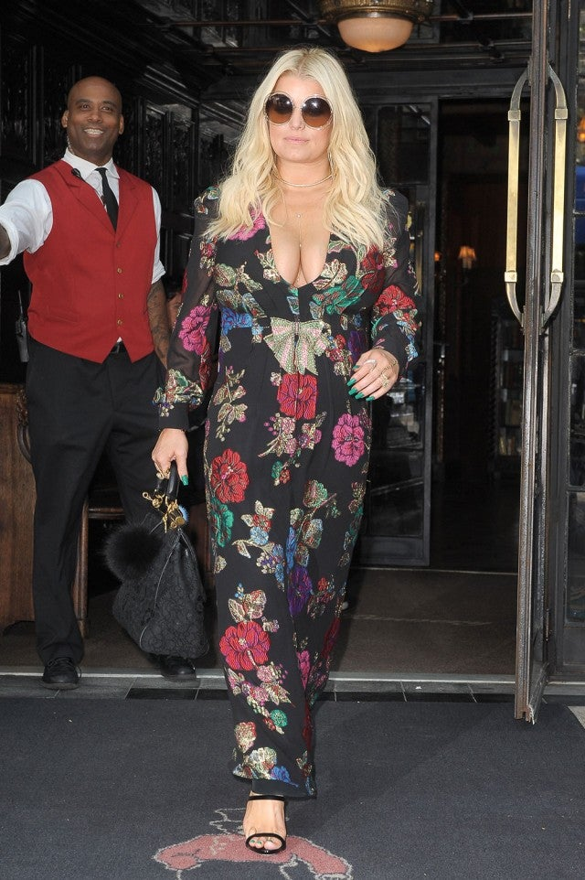 Jessica Simpson Can T Stop Rocking Cleavage Baring Outfits
