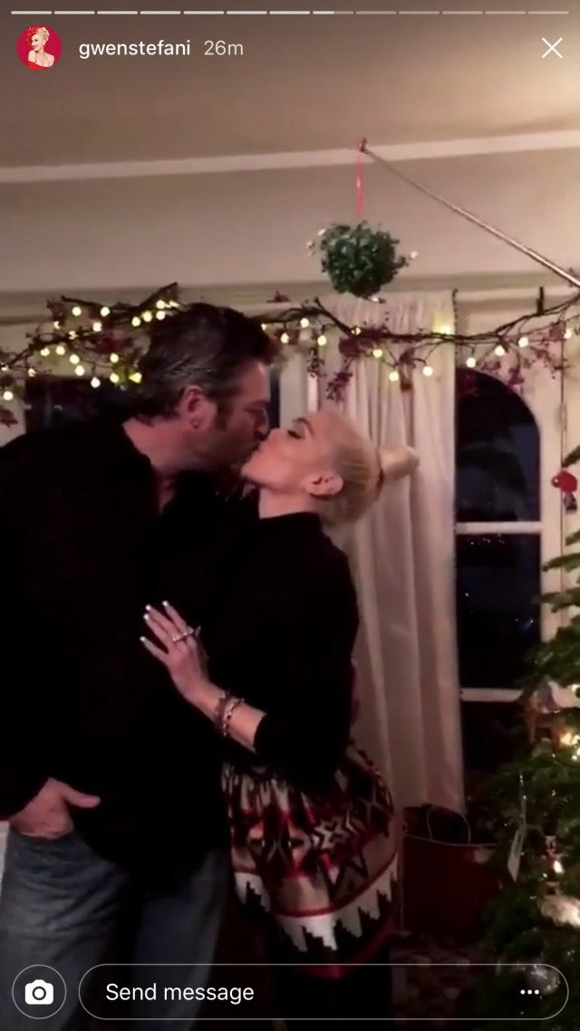 Blake Shelton and Gwen Stefani - mistletoe