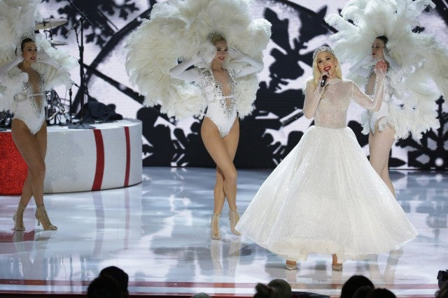 "Gwen Stefani performs ""White Christmas"" at Christmas special"