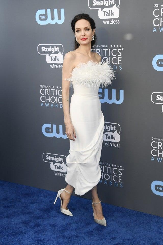 Angelina Jolie Wows in White at 2018 Critics' Choice ... анджелина джоли сейчас