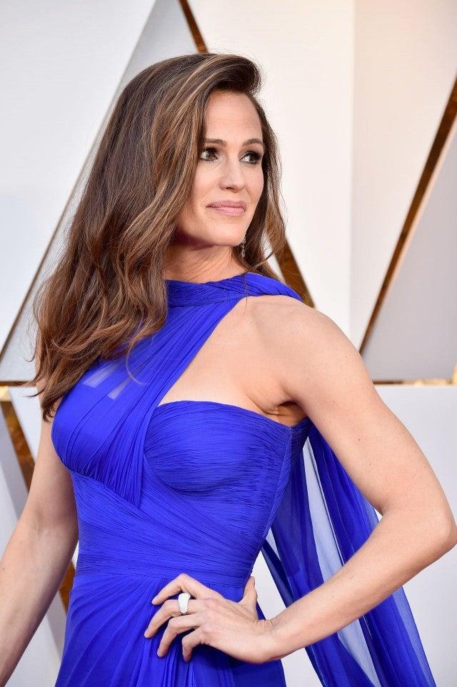 Jennifer Garner Shuts Down Oscars Red Carpet In Gorgeous