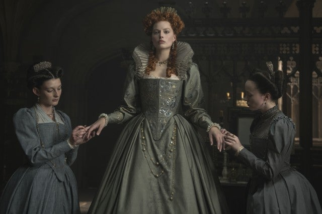 First official look at margot robbie as queen elizabeth i in mary
