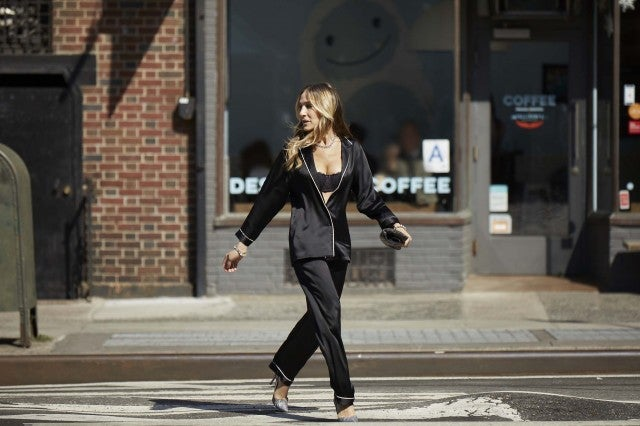 Sarah Jessica Parker Intimissimi outfit crossing the street