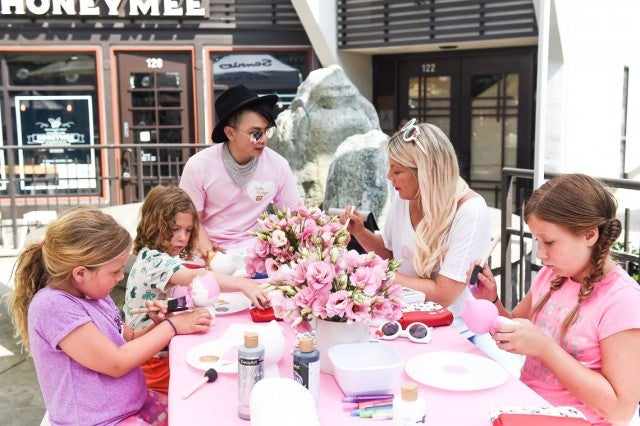 Tori Spelling Hello Kitty decorating class