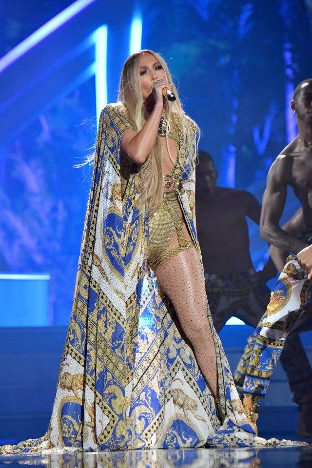 Jennifer Lopez VMA en Versace cape
