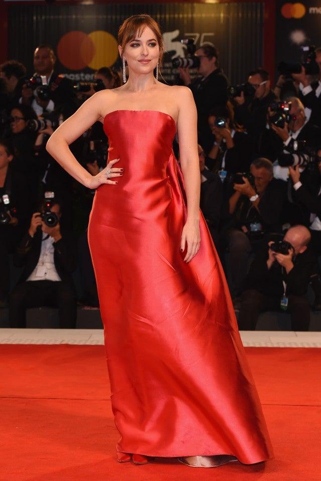 Dakota Johnson en une robe simple rouge longue bustier droit Mastra de Venise 2018