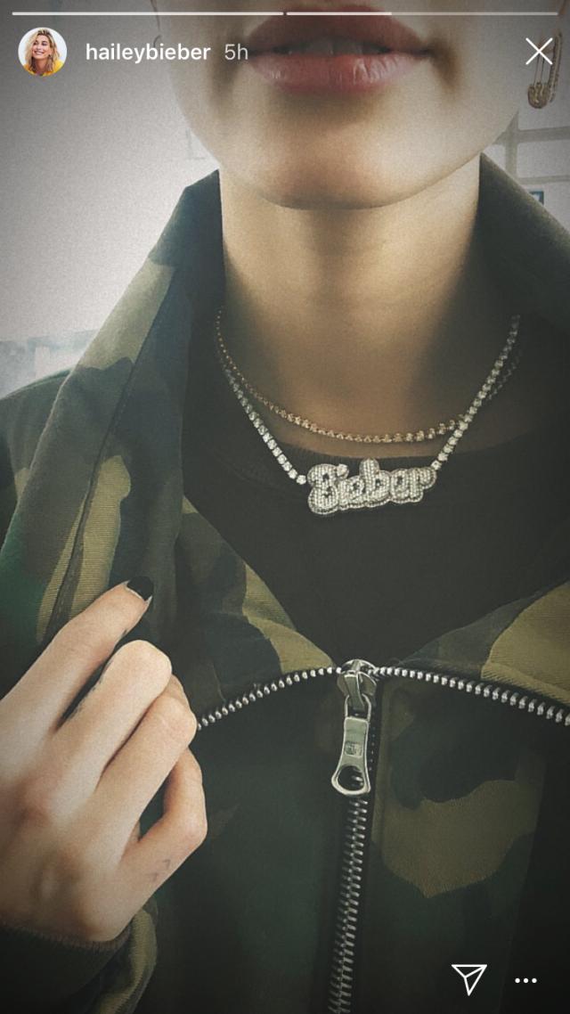 hailey_baldwin_instagram_necklace.png