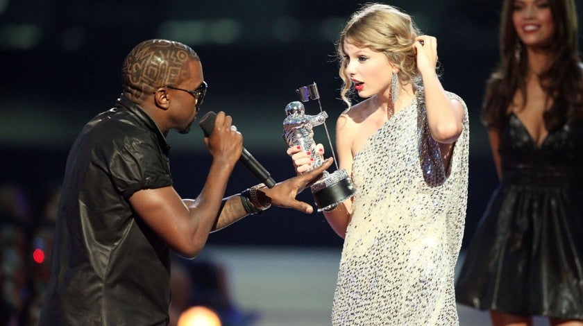 kanye west and taylor swift onstage mtv vmas 2009