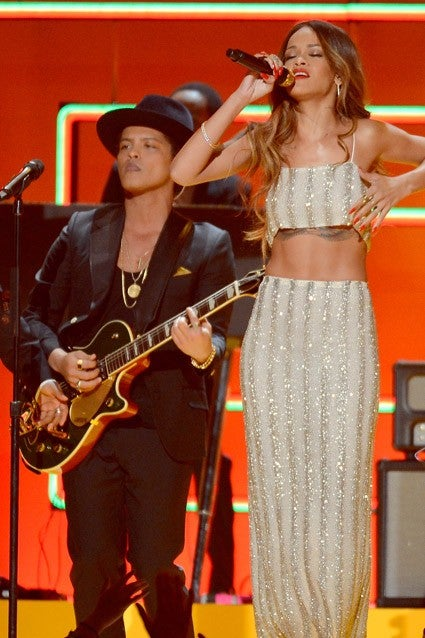 Bruno Mars Standing Next To Tall People Will Make Your Day Entertainment Tonight