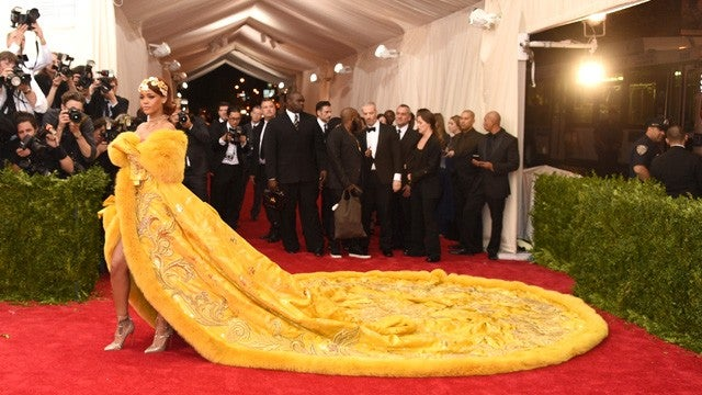 Rihanna Shuts Down 2015 Met Gala Red Carpet With Epic ...