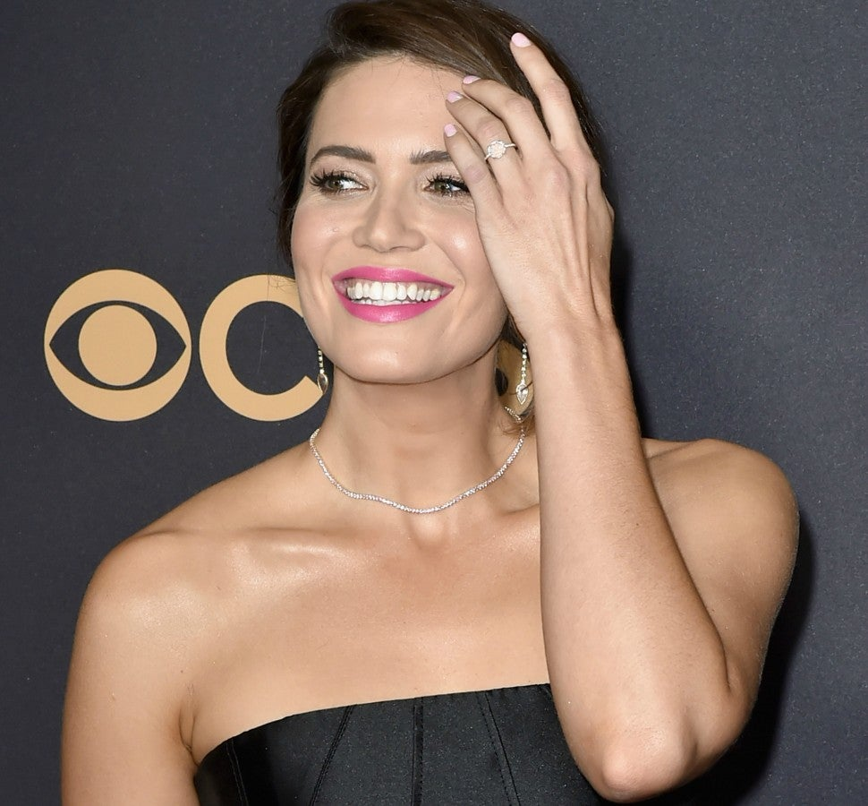Mandy Moore engagement ring at 2017 Emmys