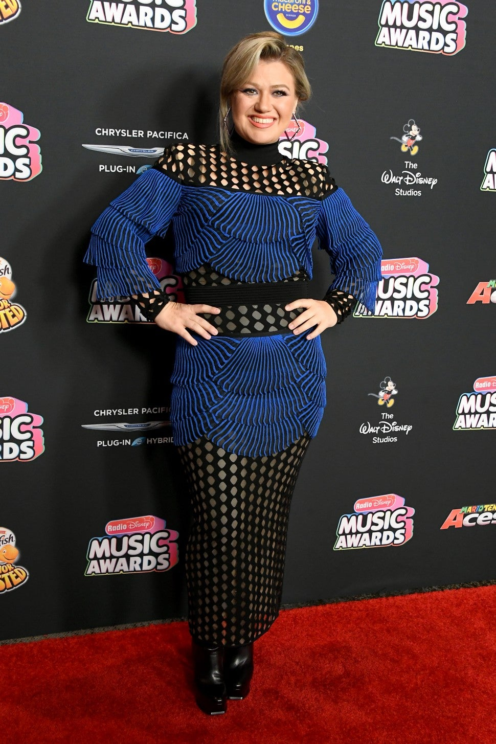 Kelly Clarkson in blue dress at Radio Disney Music Awards