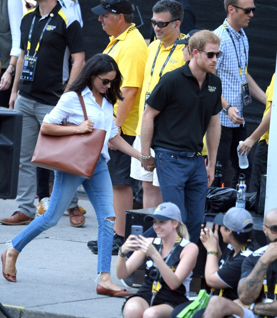 Meghan Markle with Everlane tote and Mother jeans