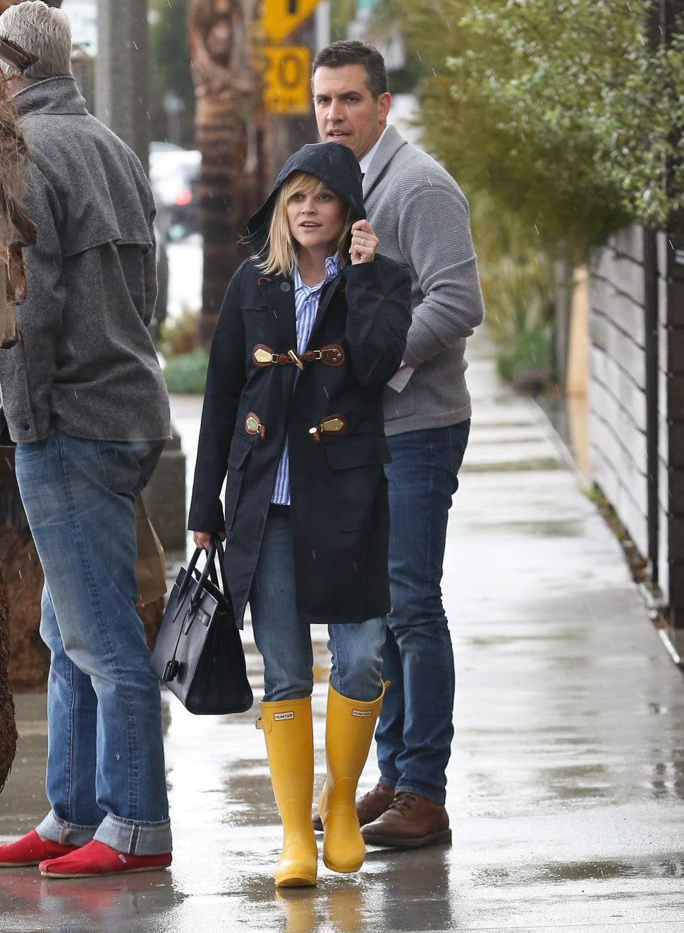 Reese Witherspoon in yellow Hunter rain boots