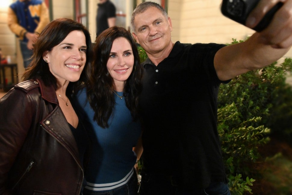 Scream 5: Neve Campbell, Courteney Cox, Kevin Williamson on Set