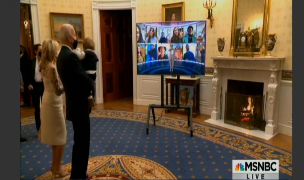 Joe Biden viendo a Demi Lovato