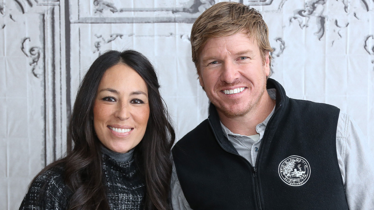 39 fixer upper 39 stars chip and joanna gaines shoot down divorce rumors again 39 don 39 t be scammed. Black Bedroom Furniture Sets. Home Design Ideas