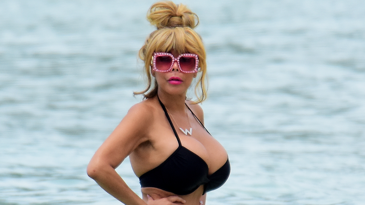 Wendy Williams Shows Off Slim Figure In Tiny Bikini While