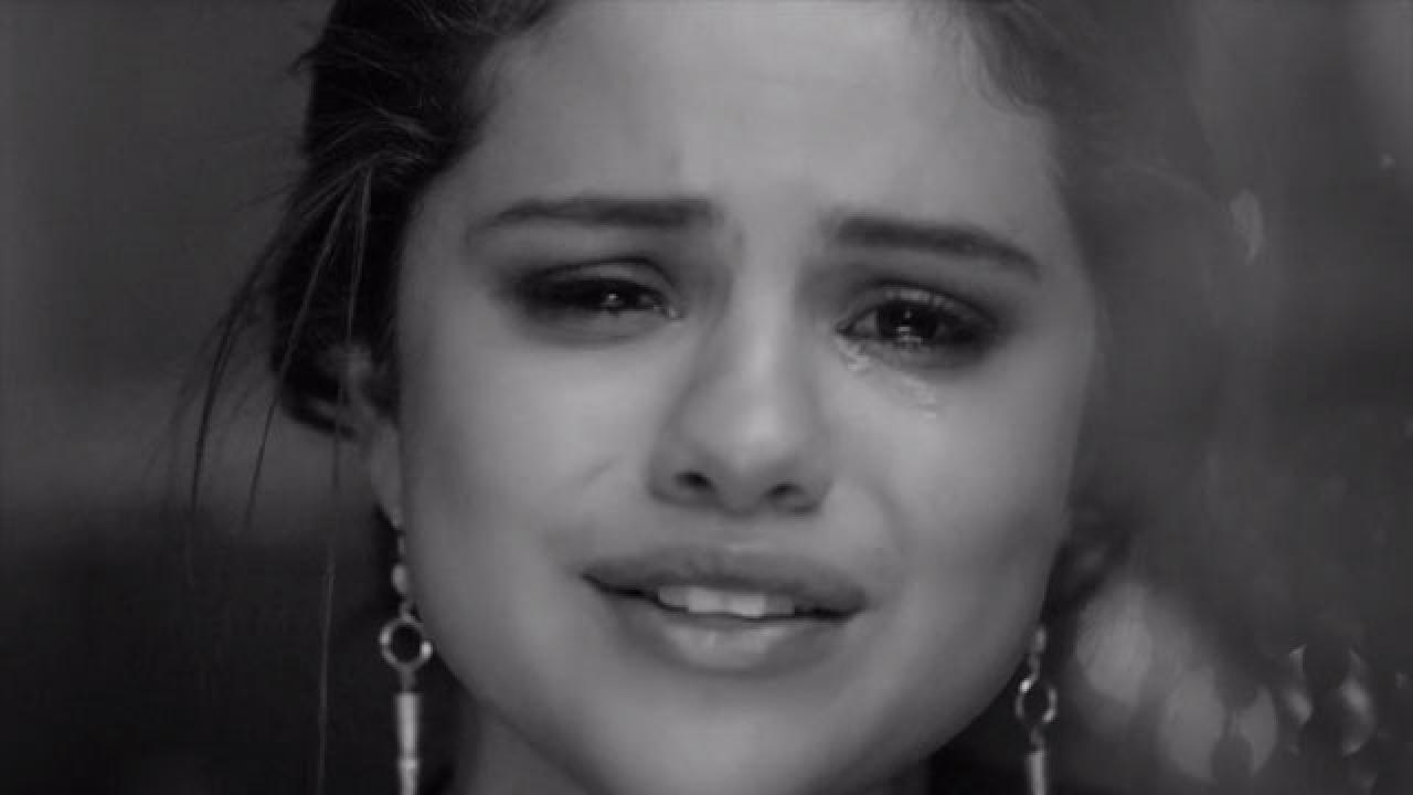 selena gomez breaks down sobbing as she talks about
