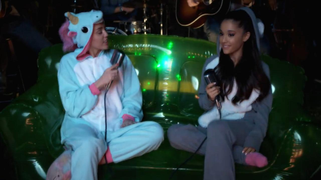 watch miley cyrus and ariana grande flirt during flawless cover of