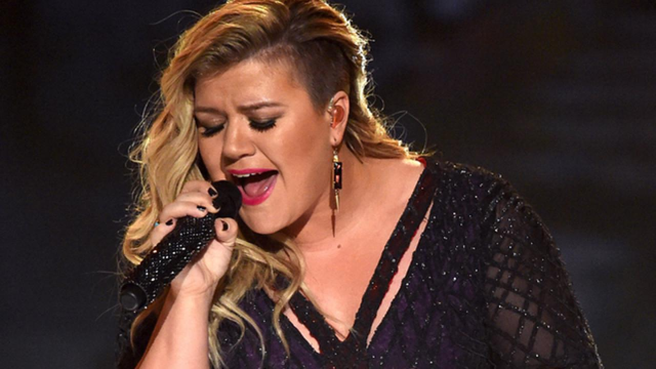 Kelly Clarkson Forced To Cancel Tour Dates Due To Voice