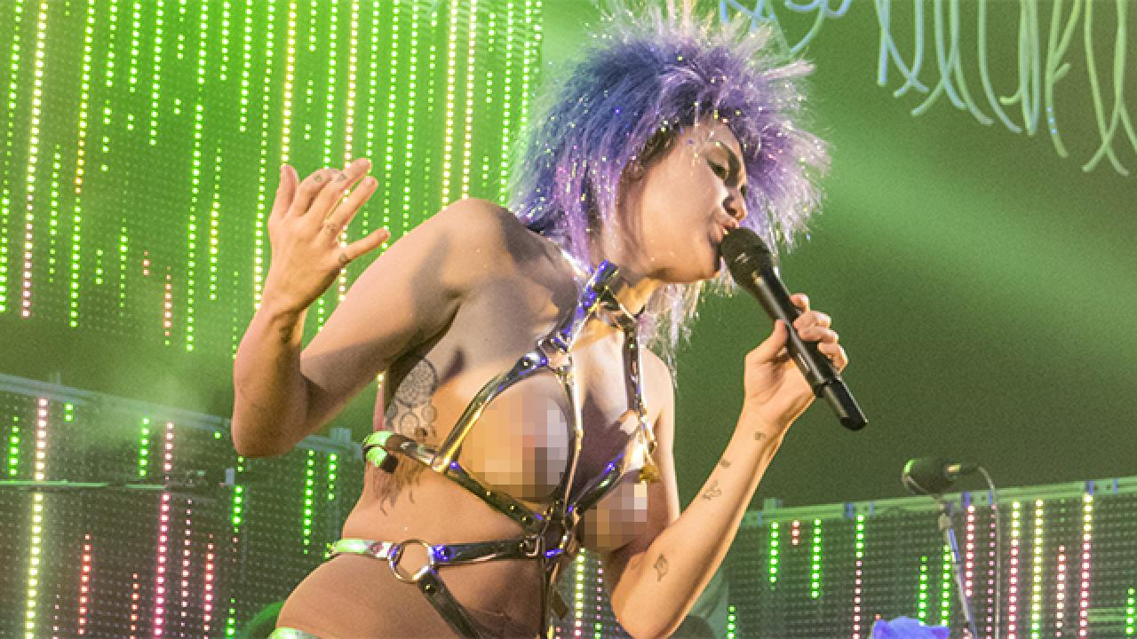 Miley Cyrus Naked Sucking Dick Cool nsfw! miley cyrus gets naked - kind of - on stage for first 'dead