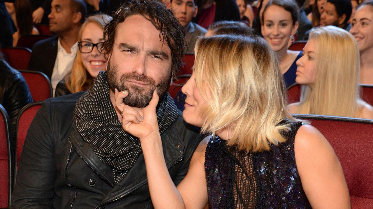 Kaley cuoco kissing johnny galecki dating
