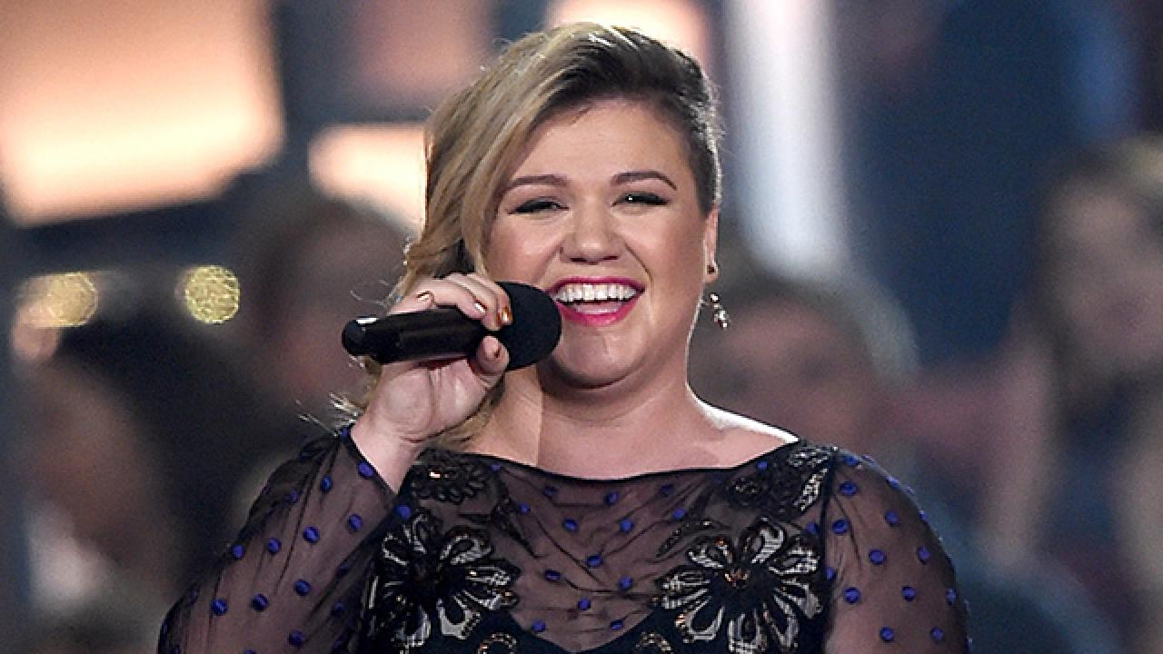 Kelly Clarkson Says Her Morning Sickness Clued Her in to Her Baby's Gender
