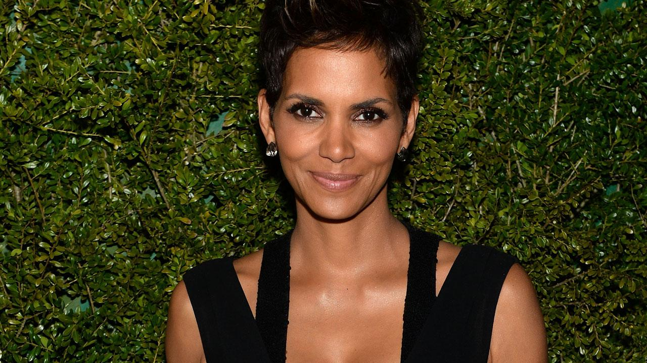 Halle Berry Joins Twitter and Instagram With a Topless ... Halle Berry Instagram