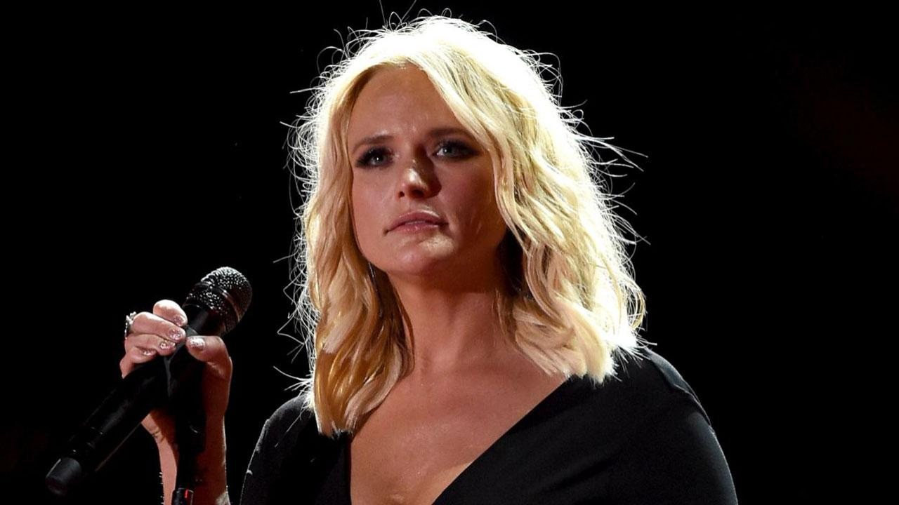 watch miranda lambert tear up on stage over a soldier 39 s touching sign entertainment tonight. Black Bedroom Furniture Sets. Home Design Ideas