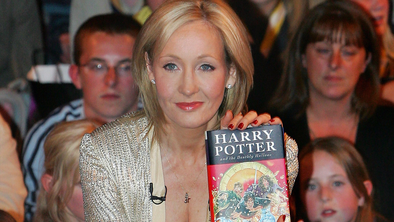 jk rowling and the harry potter Jk rowling doesn't exactly hold back on social media when it comes to dealing with twitter bullies, and she especially lets her feelings be known when the topic concerns donald trump the harry potter author has put the president on blast numerous times, and she was back at it again this week.