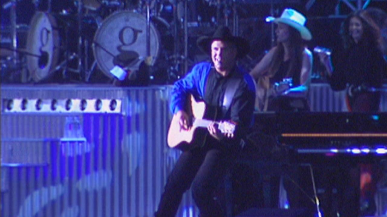 Flashback Garth Brooks Makes History With 1997 Central Park Concert