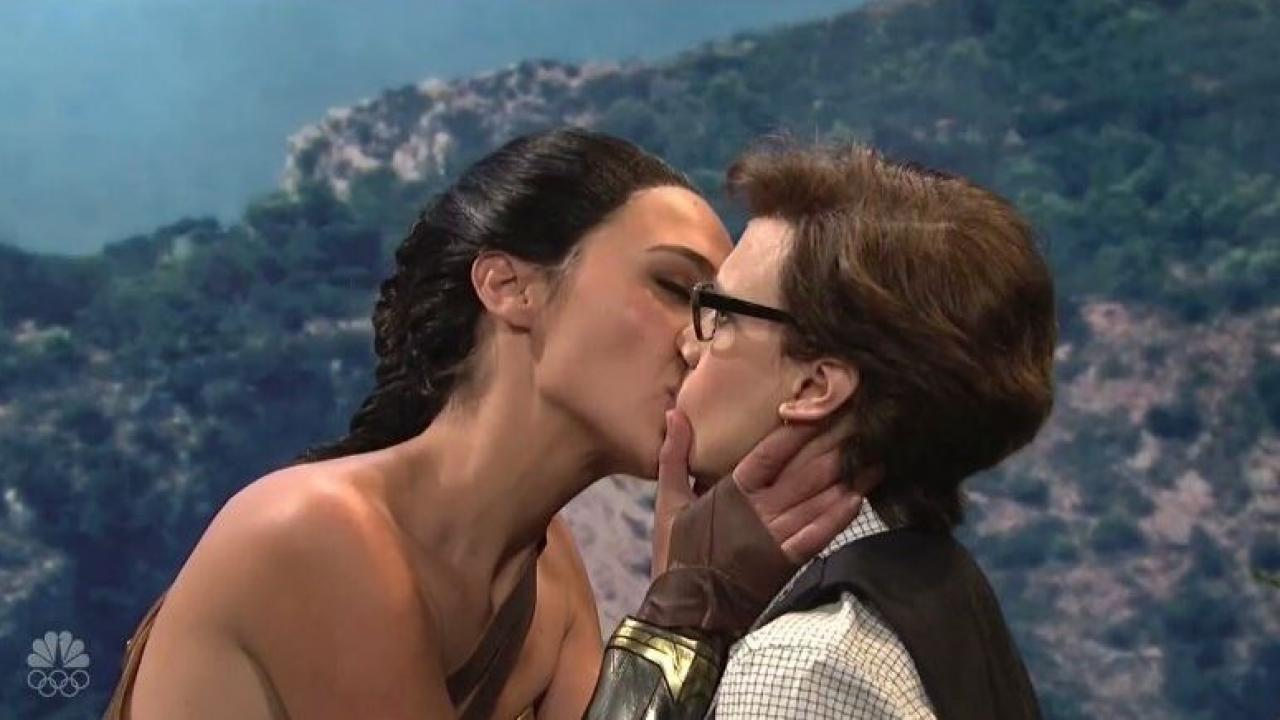 Gal Gadot And Kate Mckinnon Kiss In Wonder Woman