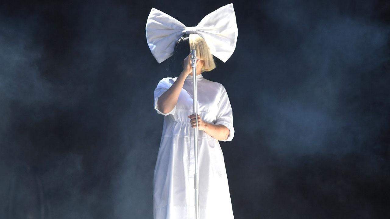 Sia Exchanges Her Wig For A New Disguise See The Fun