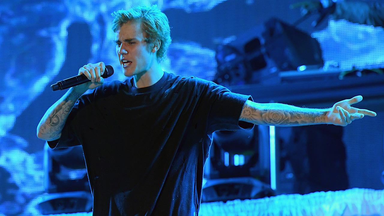 Justin Bieber Continues to Prove He\'s the King of Christmas Chee ...