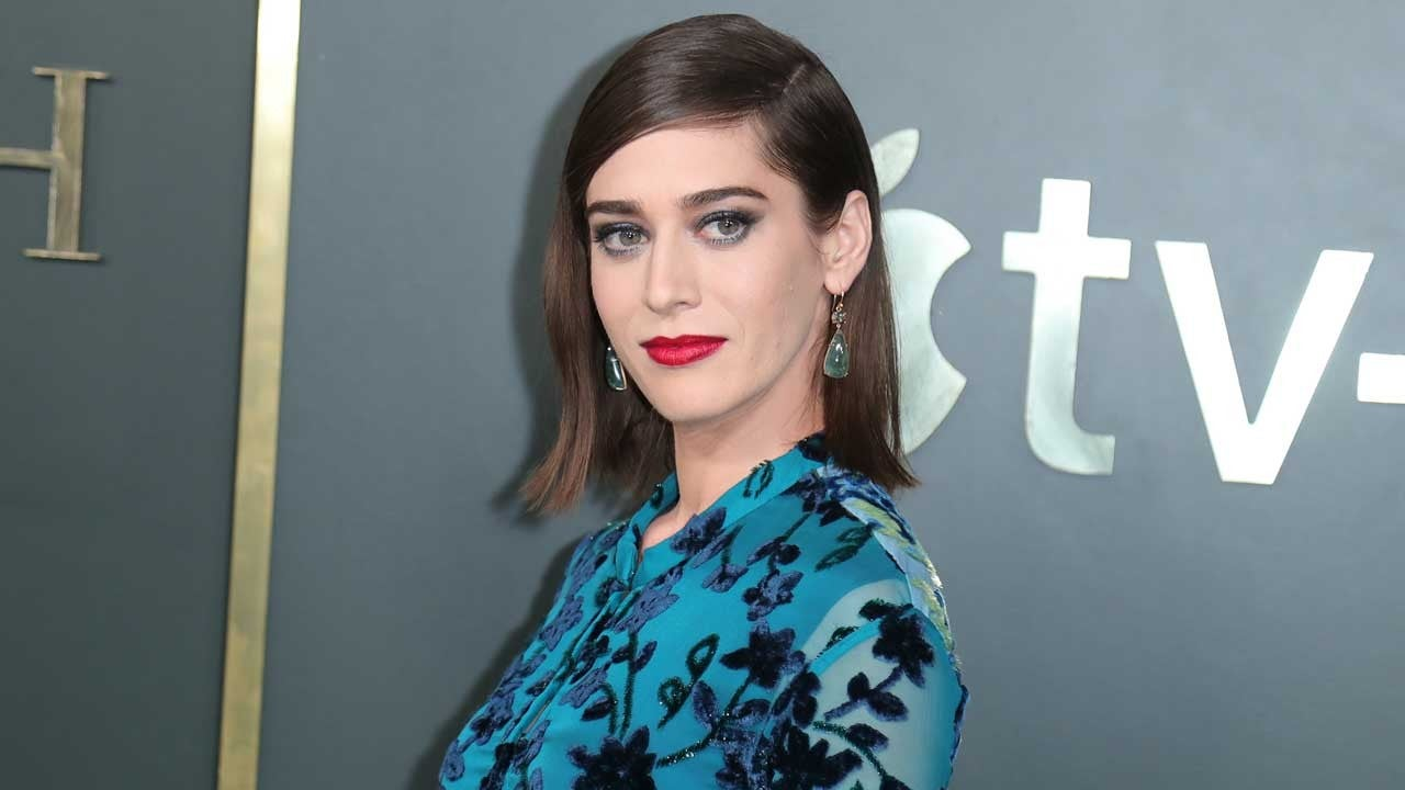 Kathy Bates Sent Lizzy Caplan Flowers for Her Annie Wilkes Performance on 'Castle Rock' (Exclusive) - Entertainment Tonight