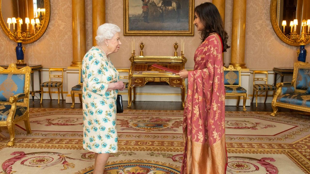 Queen Elizabeth Chooses Not to Shake Hands at Buckingham ...